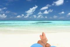 Zandige voeten op het strand Stock Fotografie