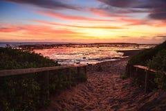Zandige weg aan het strand bij dageraadzonsopgang Royalty-vrije Stock Afbeelding