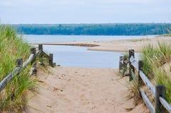 Zandige weg aan water Stock Foto's