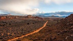 Zandige weg door Zuidelijk de Woestijnlandschap van Utah Stock Foto's