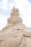 Zandkasteel bij hemelachtergrond in Oostzee stock foto