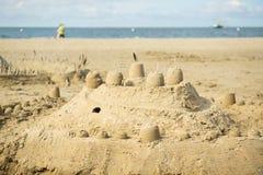 Zandkasteel bij het strand Stock Afbeeldingen