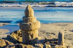 Zandkasteel met Oceaangolven Backgroun Royalty-vrije Stock Foto's