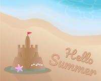 Zandkasteel met zeester, shell en rode vlag op het strand en de waterrand Hello-de Zomer op het zand met de blauwe toongolf Royalty-vrije Stock Foto
