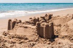 Zandkasteel op de overzeese kust Royalty-vrije Stock Foto's