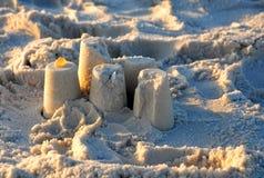Zandkasteel op een Strand met de schaduwen van het zonsondergangomhulsel Royalty-vrije Stock Foto