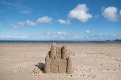Zandkasteel op een strand in Wales Stock Fotografie