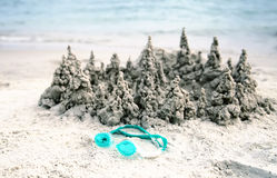 Zandkasteel op het strand dicht bij overzees Royalty-vrije Stock Fotografie