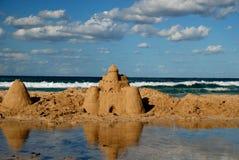 Zandkasteel op Siciliaanse kust Stock Foto's