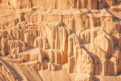 Zandklippen op industriële steengroeveachtergrond Royalty-vrije Stock Afbeeldingen