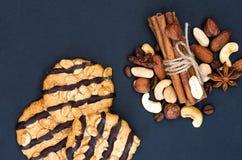 Zandkoekkoekje met chocolade en kruiden Noten en kaneel royalty-vrije stock afbeeldingen