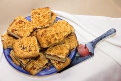 Zandkoekkoekjes die met pruimjam worden gevuld voor thee Stock Foto's