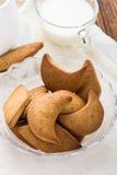 Zandkoekkoekjes en kop van melk royalty-vrije stock afbeeldingen