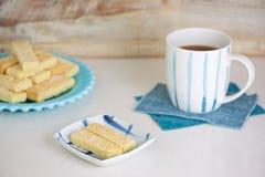 Zandkoekkoekjes en thee Stock Afbeeldingen