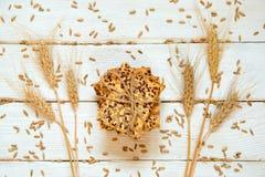 Zandkoekkoekjes met graangewassen: sesam, zaden en kegels Op w Stock Afbeelding