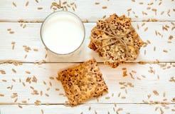 Zandkoekkoekjes met graangewassen: sesam, zaden en melk Op een wh Stock Foto