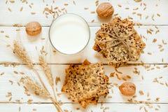 Zandkoekkoekjes met graangewassen: sesam, zaden Op een witte woode Stock Afbeelding