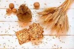 Zandkoekkoekjes met graangewassen: sesam, zaden Op een witte woode Stock Fotografie