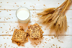 Zandkoekkoekjes met graangewassen: sesam, zaden Op een witte woode Royalty-vrije Stock Afbeeldingen