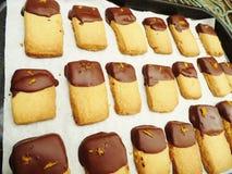 Zandkoekkoekjes met ondergedompelde Chocolade en Oranje schil royalty-vrije stock fotografie