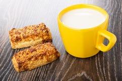 Zandkoekkoekjes met pinda, gele kop met melk op lijst royalty-vrije stock fotografie