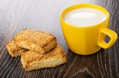 Zandkoekkoekjes met sesam, gele kop met melk op lijst stock foto's