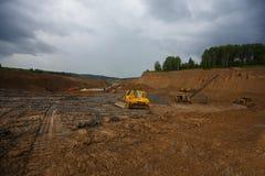 Zandkuil Zand speciaal voor bouw Kuilhoogtepunt van fijne zand en vrachtwagensporen Stock Fotografie