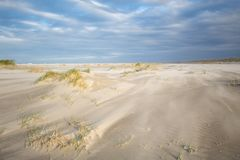 Zandlaag op stormachtig strand Royalty-vrije Stock Foto