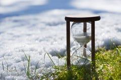 Zandloper als symbool van het veranderen van de seizoenen royalty-vrije stock afbeelding