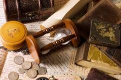 Zandloper en het boek - wijnoogst Stock Foto