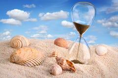 Zandloper in het zand met hemel Royalty-vrije Stock Fotografie