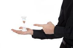 Zandloper in mannelijke hand op een witte achtergrond Stock Foto's