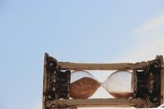 Zandloper op de achtergrond van blauwe hemel en witte wolken De ruimte van het exemplaar royalty-vrije stock foto's
