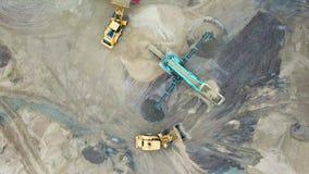 Zandmijnbouw Bulldozermachine Kruippakjebulldozer die zich bij zandmijn bewegen Mijnbouwmachines die bij zandsteengroeve werken D stock videobeelden