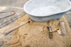 Zandstapel voor bouw bij bouwwerf Stock Foto