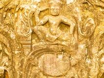 Zandsteen het snijden in Prasat Hin Phimai stock foto