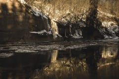 zandsteenklippen op de kust van rivier Gauja in Letland - uitstekende retro ziet eruit royalty-vrije stock afbeeldingen