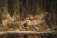 zandsteenklippen op de kust van rivier Gauja in Letland - uitstekende retro ziet eruit royalty-vrije stock foto's