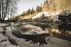 zandsteenklippen op de kust van rivier Gauja in Letland - uitstekende retro ziet eruit stock foto