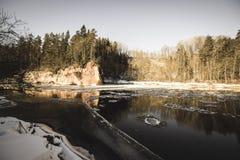 zandsteenklippen op de kust van rivier Gauja in Letland - uitstekende retro ziet eruit royalty-vrije stock foto