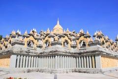Zandsteenpagode in Pa Kung Temple in Roi Et van Thailand Er is een plaats voor meditatie royalty-vrije stock foto's