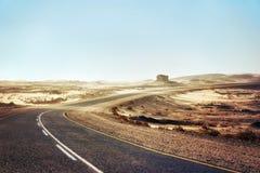 Zandstorm over Eenzame Woestijnweg in Zuidelijke Namibië genomen I royalty-vrije stock fotografie