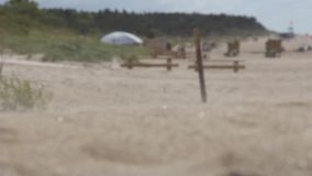 Zandstorm, zand in motie op het strand stock footage