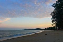Zandstrand bij zonsopgang op Phuket-Eiland stock afbeeldingen