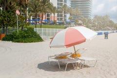 Zandstrand de blauwe hemel in van Miami, de Atlantische Oceaan, palmen, wolkenkrabber bij de achtergrond stock afbeelding