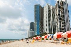 Zandstrand de blauwe hemel in van Miami, de Atlantische Oceaan, palmen, wolkenkrabber bij de achtergrond royalty-vrije stock afbeeldingen