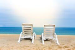 Zandstrand met kokospalmen met twee stoelen en bokeh strand tropische achtergrond, de zomervakantie en reisideeën, ontspanning stock foto