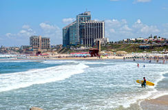 Zandstrand van de Middellandse Zee en de moderne hotels in Herzli Stock Foto's