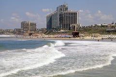 Zandstrand van de Middellandse Zee en de moderne hotels in Herzli Royalty-vrije Stock Afbeelding