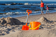 Zandstuk speelgoed op het strand wordt geplaatst dat Stock Fotografie